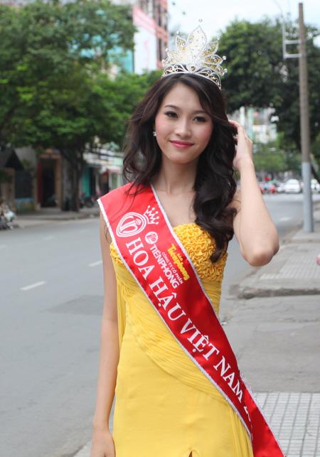 Sự xuất hiện của Hoa hậu Việt Nam 2012 tại tòa soạn VnExpress chiều 27/8 khiến mọi người ở đây xôn xao.