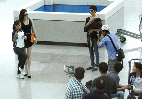 Cô cũng nhận được sự yêu mến của hành khách tại sân bay.