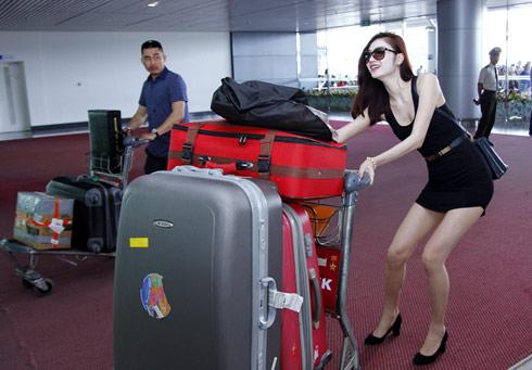 Nhiều hành khách ngạc nhiên khi thấy cô gái với nhiều hành lý to đùng.