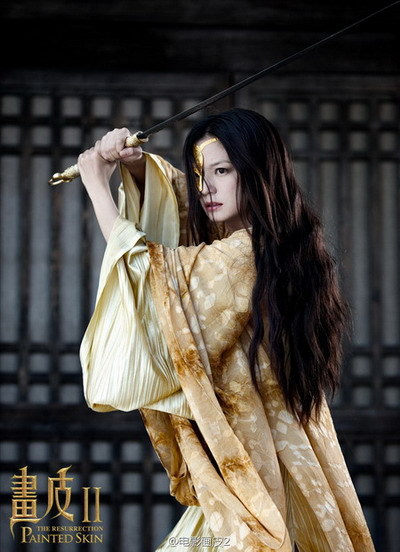 Triệu Vy hóa thành Tĩnh công chúa dũng mãnh, luôn phải đeo một chiếc mặt nạ vàng che nửa gương mặt.