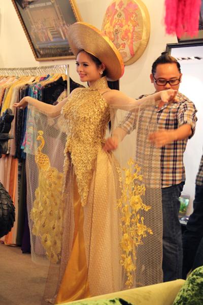 """Trước ngày lên đường, Lại Phương Thảo ướm thử bộ trang phục truyền thống mang tên """"Sen vàng"""" do Võ Việt Chung thiết kế."""