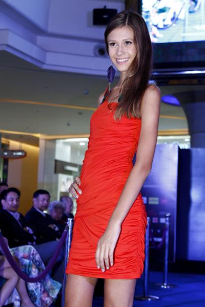 Các người đẹp tự chọn trang phục để thể hiện gu ăn mặc.