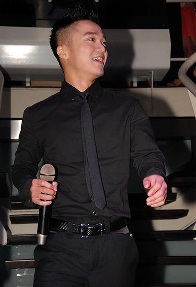 Bất ngờ lớn nhất dành cho Hồng Dương tối qua là sự cổ vũ của khán giả Hà thành dành cho anh không thua kém gì Bùi Anh Tuấn.