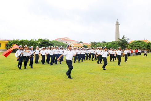 Chuẩn bị làm lễ chào cờ trên đảo Song Tây Tử.