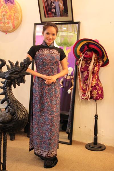 Bộ áo dài thổ cẩm được Lại Hương Thảo chọn để giới thiệu bạn bè quốc tế về loại vải truyền thống của dân tộc Việt Nam.