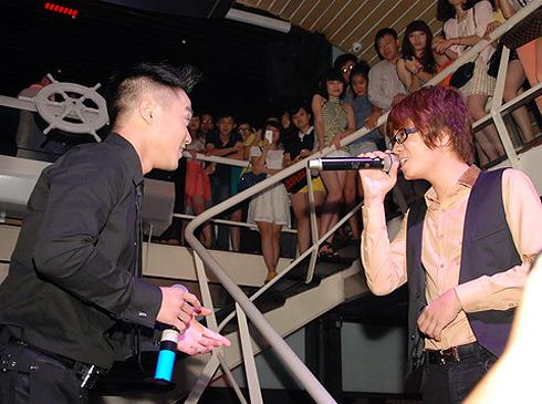 """Cũng trong chương trình này, Hồng Dương và Bùi Anh Tuấn đã song ca hai ca khúc là """"Cám ơn tình yêu tôi"""" và bài """"Thu không em""""."""