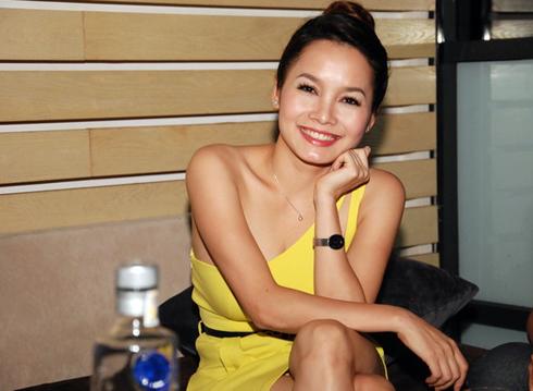 ủng hộ cho minishow đầu tiên của Hồng Dương còn có cô bạn thân Đoàn Thúy Trang - Giải Nhất Sao Mai 2011 dòng nhạc nhẹ.
