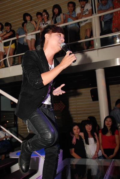 """Tham dự minishow trong vai trò khách mời, Minh Vương M4U đã đem đến một không khí sôi động cho khán giả sau những bản tình ca của Hồng Dương và Bùi Anh Tuấn. Minh Vương đã trình diễn một số ca khúc được yêu thích trong thời gian vừa qua như """"Nhớ em"""", """"Nỗi đau xót xa"""", """"Đừng làm anh đau""""..."""