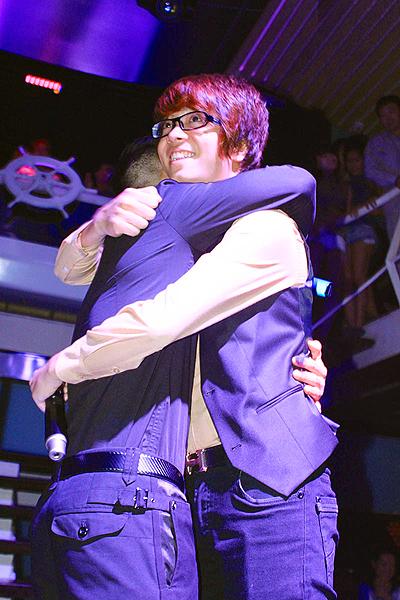"""Trong vòng thi """"Đối đầu"""" của The Voice, Hồng Dương được đánh giá là hát tốt hơn nhưng huấn luyện viên Hồ Ngọc Hà lại chọn Bùi Anh Tuấn. Dù ở thế cạnh tranh nhưng sau chương trình, cả hai giọng ca trẻ vẫn dành cho nhau tình cảm tốt đẹp."""