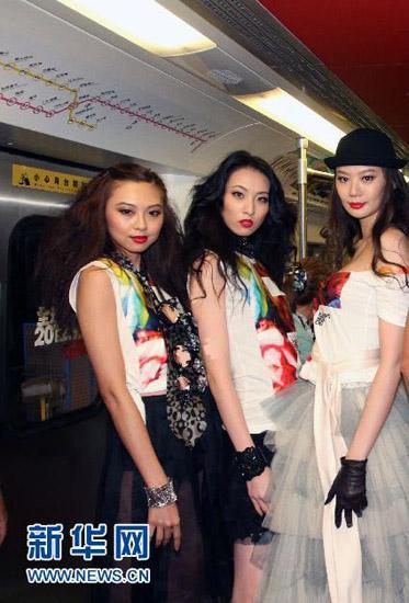 """Ngày 29/8, buổi họp báo thời trang """"Fashion's Night Out(FNO)– do tạp chí VOGUE tổ chức diễn ra ở Đài Loan trên tàu điện ngầm ở thành phố Cao Hùng."""