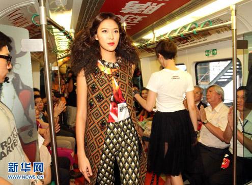 """Theo Xinhua, show diễn thể hiện sức cuốn hút của thời trang, đồng thời truyền tải đi thông điệp """"thời trang song hành cùng giao thông thành phố""""."""