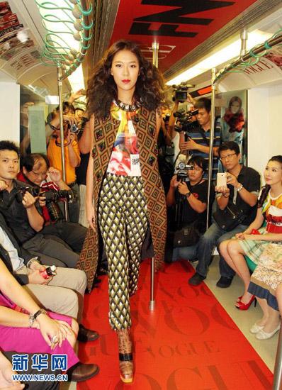 Lâm Hựu Lập tự tin sải bước trong khoang tàu điện ngầm.