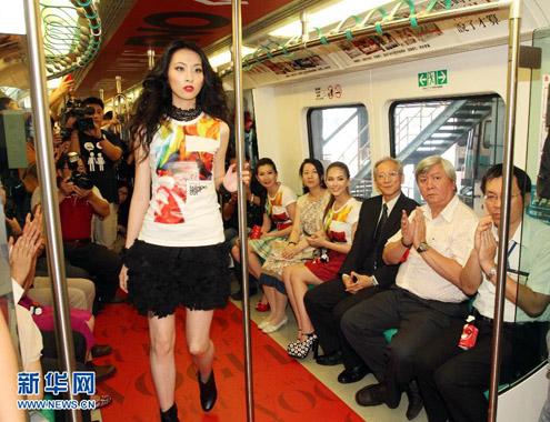 Nữ người mẫu trình diễn trong sự tán thưởng của những người xung quanh.