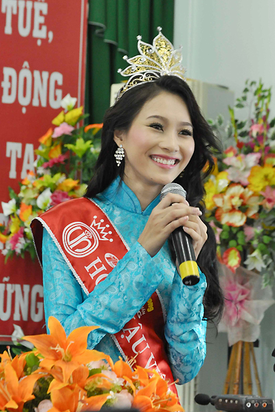 Cô vui vẻ chia sẻ với mọi người về những kỷ niệm trong suốt quá trình tham dự cuộc thi Hoa hậu Việt Nam 2012.