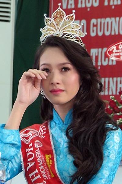 Ban lãnh đạo nhà trường gửi lời chúc mừng đến Tân Hoa hậu và tặng thưởng cho cô 20 triệu đồng. Tuy nhiên, Thu Thảo xin được gửi lại số tiền thưởng trên vào quỹ học bổng của trường để hỗ trợ các sinh viên nghèo.
