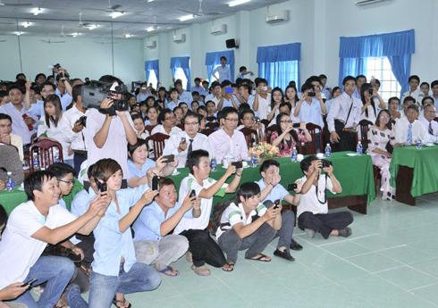 Trước khi Hoa hậu rời trường để lên đường về quê hương Bạc Liêu gặp cha mẹ, các sinh viên tranh thủ lưu lại hình ảnh của cô bằng điện thoại.