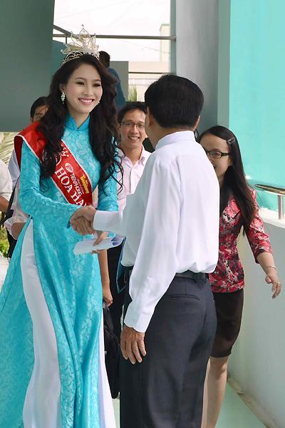 Một cô giáo ở đại học Tây Đô cho biết, dù 14h hoa hậu Thu Thảo mới đến nơi, tin cô về thăm trường được sinh viên, ban lãnh đạo trường háo hức chờ đợi.