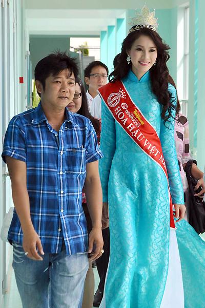 Chuyên gia trang điểm Đăng Hùng (trái) người đã phát hiện và giúp đỡ để Đặng Thu Thảo có điều kiện dự thi nhan sắc, đi cùng cô trong chuyến về thăm trường.