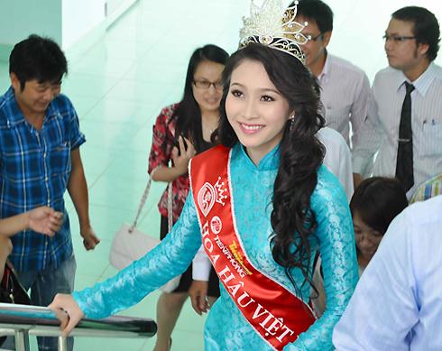 Chiều 29/8, tân hoa hậu Đặng Thu Thảo về đến Cần Thơ để thăm thầy, bạn tại đại học Tây Đô nơi cô đang theo ngành học Tài chính - Ngân hàng.