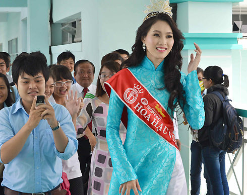 Đăng quang danh hiệu Hoa hậu Việt Nam từ tối 25/8 tại Đà Nẵng, đến nay người đẹp mới có dịp trở về thăm trường lớp vì lịch làm việc quá bận rộn.