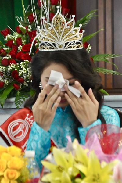 Hoa hậu nghẹn ngào vì những tình cảm của thầy cô, bạn bè dành cho mình.