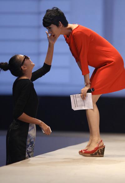 Tập luyện liên tục trong nhiều tiếng đồng hồ khiến cựu người mẫu lấm tấm mồ hồi. Thanh Hằng (trái) nhanh chóng giúp đàn chị lau sạch.