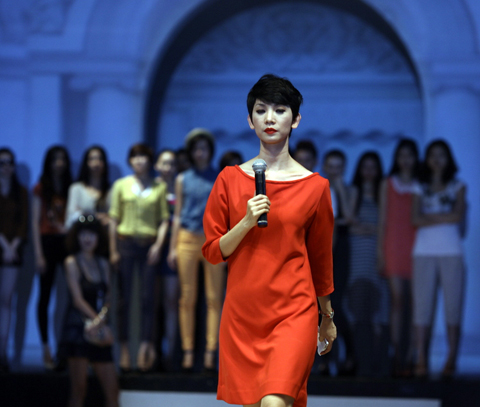 """Bận rộn trong vai trò giám khảo của chương trình Vietnam's Next Top Model 2012, Xuân Lan vẫn nhiệt tình nhận lời làm đạo diễn catwalk cho chương trình """"Đẹp fashion runway 2012""""."""