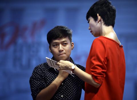 Nhà thiết kế Chung Thanh Phong (trái) là một trong bốn nhà thiết kế tham gia trình diễn trang phục bàn bạc cùng Xuân Lan.