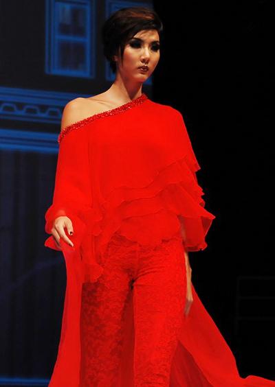 Cô cũng được nhà thiết kế Lê Thanh Hòa chọn làm Vedette cho bộ sưu tập màu đỏ của anh.
