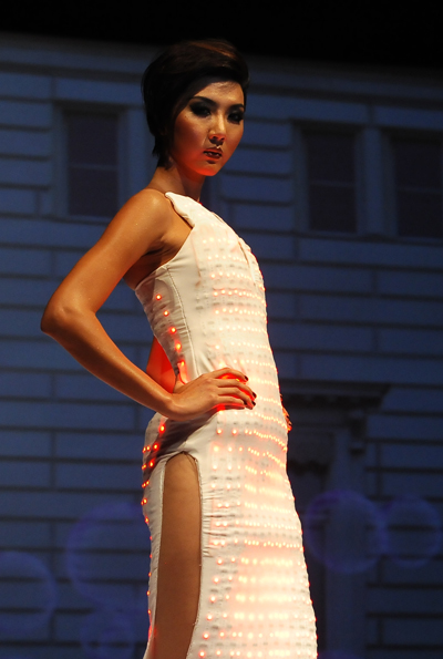 Bộ trang phục của người mẫu Ngọc Quyên gắn bằng màn hình led, và mỗi bước đi của cô người mẫu này luôn là tâm điểm của tất cả những hiệu ứng thị giác.