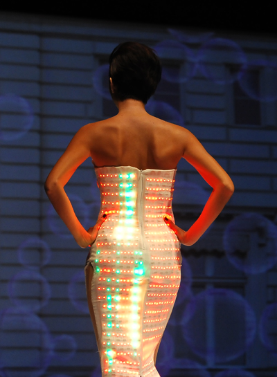 Phong cách lạnh lùng, chuyên nghiệp của cô được nhiều nhà thiết kế yêu thích.
