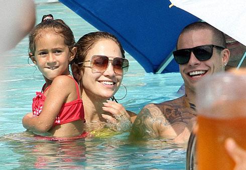 Vũ công 24 tuổi cười rất nhiều bên cạnh bạn gái 42 tuổi và hai con của cô.