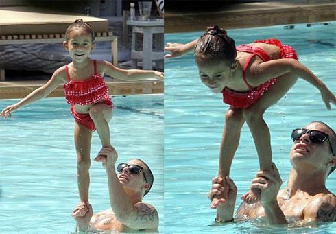 Trong khi đó, Casper Smart thích thú với việc tập cho con gái Emma của Jennifer giữ thăng bằng trên tay mình.