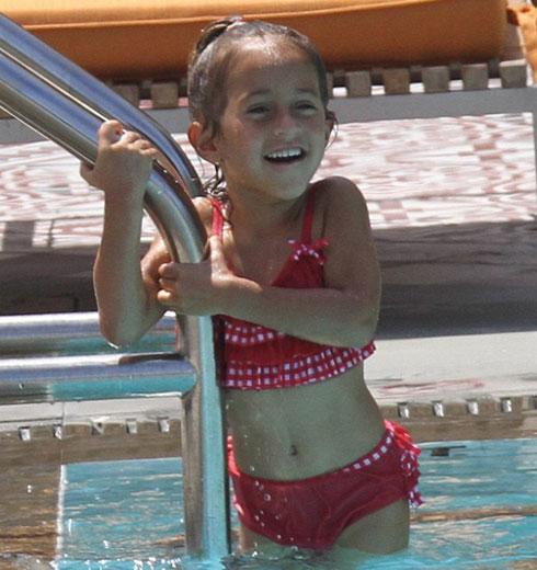 Con gái Jennifer với chồng cũ Marc Anthony thích thú khi được đùa nghịch dưới nước.
