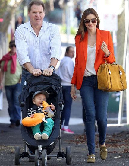 Hai mẹ con Miranda Kerr dành Ngày của Cha (Chủ nhật đầu tiên của tháng 9) để đi chơi cùng ông ngoại.