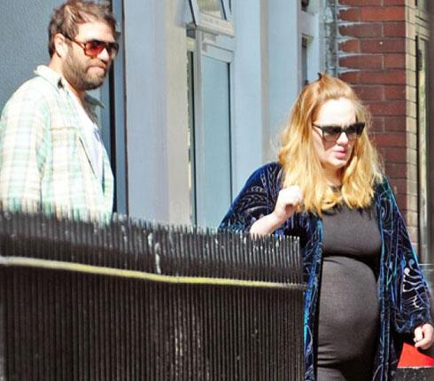 Adele và bạn trai rời khỏi một bệnh viện ở London. Ảnh: