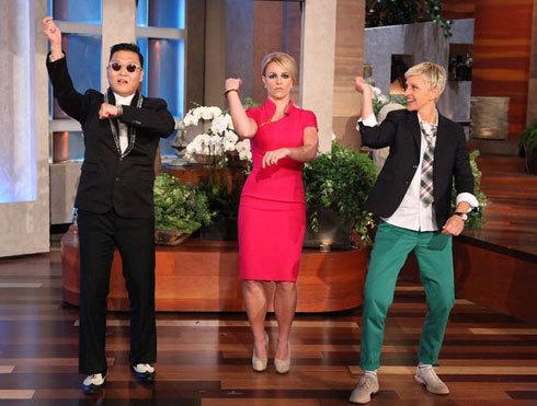 Britney thích thú học điệu Gangnam Style. Ảnh: Ace Showbiz.