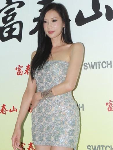 Lâm Chí Linh với gương mặt sưng tấy trong buổi tuyên ruyền phim Phú Xuân sơn cư đồ. Ảnh: Cri.