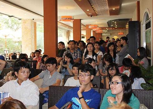 """Chiều 29/9, tại TP HCM diễn ra buổi giao lưu giới thiệu giữa hàng trăm bạn trẻ với Huyền Chip - nữ tác giả cuốn sách thuộc dạng du ký """"Xách ba lô lên và đi""""."""