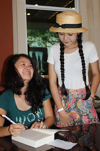 Các bạn trẻ TP HCM phát sốt trước cô gái 9X năng động này. Trước khi đến TP HCM, Huyền Chip đã có buổi ra mắt sách thành công ở Hà Nội và cô cũng đã ký tên vào sách cho bạn đọc đến mỏi cả tay