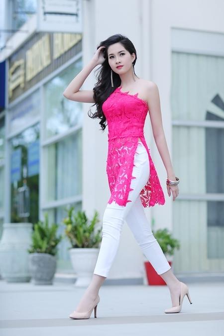Diện những chiếc áo dài cách điệu mới nhất dành cho mùa xuấn của NTK Sơn Collection, hoa hậu Thu Thảo toát lên vẻ đẹp rạng rỡ, năng động và đầy sức sức khi bước xuống phố.