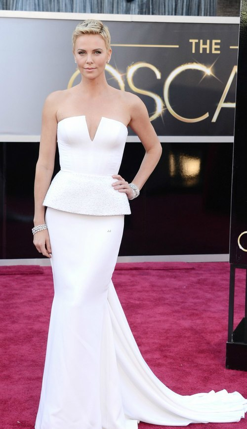 Charlize Theron trong váy Dior Couture tại Oscar 2013.
