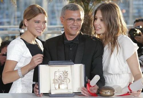 Đạo diễn Abdellatif Kechiche (giữa) cùng hai nữ diễn viên Léa Seydoux và Adèle Exarchopoulos bên giải thưởng Cành Cọ Vàng danh giá. Ảnh: Cannes.