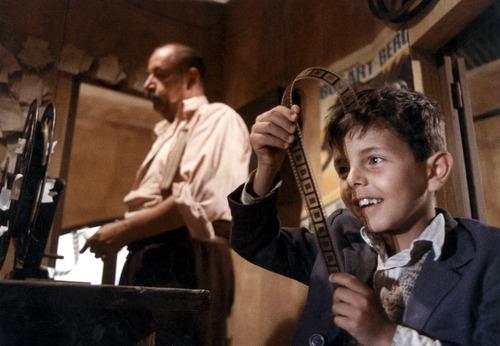 Ánh mắt háo hức, thích thú của cậu bé Toto khi cầm trên tay những thước phim nhựa.