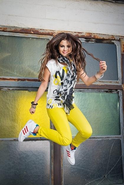 h09555-key-model-selena-gomez-retail-feb