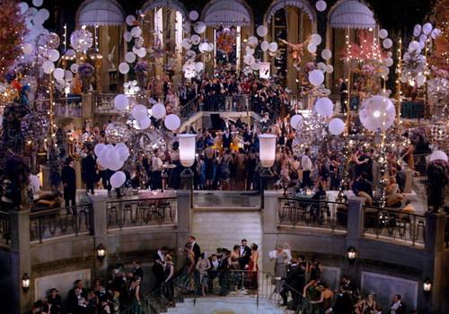 Những bữa tiệc xa hoa, phù phiếm ở lâu đài của đại gia Gatsby. Ảnh: Warner Bros.