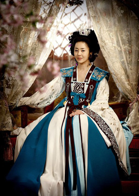 Mishil (Go Hyun Jung  đóng) trong Nữ hoàng Seon Deok là nhân vật phản diện nhưng  vẫn chiếm được tình cảm và sự ngưỡng mộ từ khán giả. Ở nhân vật điềm tĩnh, lạnh lùng này luôn toát lên vẻ đẹp sang trọng, kiêu hãnh đầy tự tin.