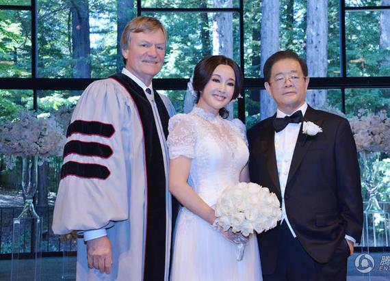 Đám cưới của Lưu Hiểu Khánh chỉ có sự tham gia của người thân và một số bạn bè thân thiết nhất của cô dâu chú rể. Đám cưới được diễn ra trong sự bảo vệ nghiêm ngặt của các nhân viên bảo vệ chuyên nghiệp của Mỹ.