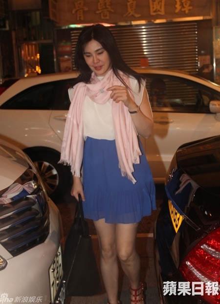 HKChannel đưa tin, hương sắc nổi tiếng làng phim Hoa ngữ một thời, Vương Tổ Hiền mới đây trở lại Hong Kong. Chiều tối 22/8, cô bị bắt gặp đi mua sắm.