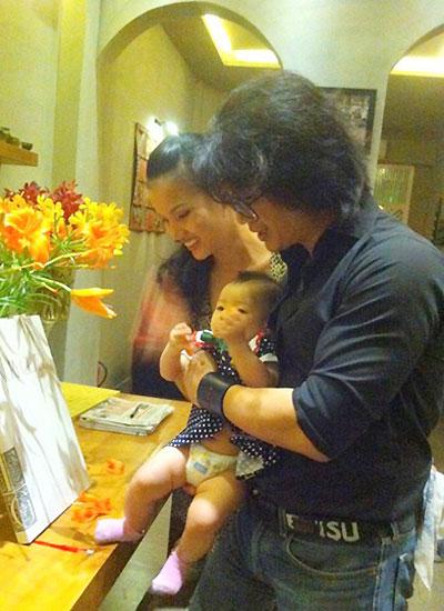 Ngay từ khi xuất hiện, hình ảnh Dustin Nguyễn hạnh phúc bên con gái nhỏ và vợ được chia sẻ